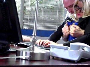 นมที่ทำงาน: ไก่ในขณะที่ในนาฬิกา จูลี่เงินสด โจร นานคุณคิดว่า เงินสามารถจึงรายงานหน้าเธอ ด้วยหลักคนล้อเล่นเธอ และกระตุ้นให้เธอที่บ้านแข่งกับกระดูก มันเอาทุกเทคนิคที่จอห์นนี่ได้ขึ้นแขนของเขาจะโน้มน้าวให้จูลี่ปล่อยปากกา และคว้าหีอ้วนควยเขาถูกโบกในใบหน้าของเธ