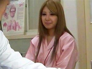 ผู้ป่วยเอเชียเขาจะหัวนมของเธอออกสำหรับแพทย์