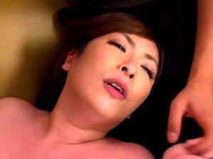 คู่ใหญ่ ๆ โจรโทร Aoi เซ็กซี่เย็ดอาโอยามะไม่มีเขาเป็นนรก เธอตัดสินใจที่จะโทรผ่านเพื่อนของเธอสองมา และให้เธอเวลาดี พวกเขาผลัดกันเลียห้าของเธอ แล้วเธอดูดนมทั้งสองของพวกเขา และ fucks พวกเขาก่อนที่จะเปิดปากของเธอสำหรับโหลดสองของน้ำอสุจิครีม