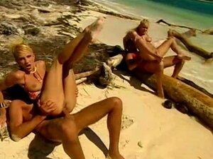 ผมบลอนด์บนชายหาดเขตร้อน