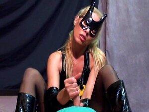 batgirl ในรองเท้าให้ handjob