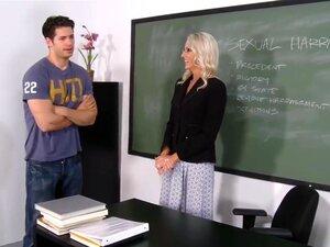 ศาสตราจารย์สตาร์ถือจีหลังเลิกเรียน และบอกเขาว่า เขาลำบากฟุ้งซ่านช่วงของวัน เขาบอกเธอว่า เรื่องพวกเขากำลังเรียน -คุกคามทางเพศ - จะไม่สนใจเขา และว่า เขาจะไม่สนใจมาก เพราะเขาไม่ดูแลมัน อาจารย์เซ็กซี่ตัดสินใจย้ายการสนทนาไปสู่การปฏิบัติ และหลังจากคว้ากี่ของไก่