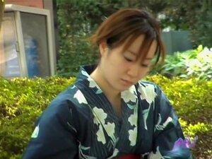 Sharking วิดีโอแสดงเจี๊ยบญี่ปุ่นในชุดกิโมโนในสวน สวยญี่ปุ่นผู้หญิงอยู่ในชุดกิโมโนในสวนสาธารณะ หลัก sharking ประหลาดวิ่งขึ้นเธอทำเธอ boobies นุ่มป๊อปจากกิโมโนสำหรับคู่ของเขาถ้ำมองบันทึกของเธอ