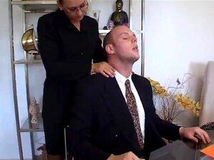 เลขานุการ ด้วยผมสีดำเข้มโหมเจ้านายของเธอฝรั่งเศส ได้รับการกระแทก โดยเจ้านายของเธอที่มีอยู่ในสำนักงานเลขานุการมีเขา เธอยังดูดกระเจี๊ยวของเขา และทำให้ระหว่างหัวนมของเธอ