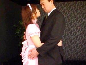 หญิงสาวเอเชีย erotically จูบผู้ชาย