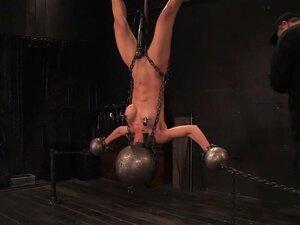 Inverted ลิงเตี้ย ระงับ ทรมาน เป็น bodyis ฮาร์ร็อคของเธอทารุณกรรมทางเพศ., ลิงเตี้ยทนทุกข์ทรมานการคว่ำการระงับ ในโลหะ กับหัวของเธออัดแน่นอยู่ในลูกบอลโลหะหนัก เสียงกรีดร้องของเตี้ยจะไม่ออกเสียงสำหรับเรา ขยายอย่างไรก็ตาม สำหรับเธอ คว่ำลง และรับการเสียบกับสั่