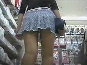 สอดแนมบนนี้เด็กสาวกางเกงในตลาด สวมใส่เช่นกระโปรงสั้นสั้นร้อนขายาวสาวจากร้านค้าทันทีดึงความสนใจของฉัน ฉันมีต่อเธอจนถึงช่วงเวลาเมื่อเธอนั่งอยู่บน hunkers การ และแสดงให้ฉันเห็นกางเกงในลูกไม้กระโปรง