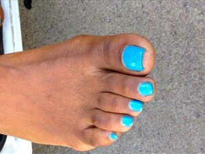เล็บยาวผู้หญิงสระสีน้ำเงิน