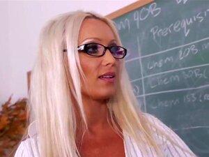 ไดอาน่าตุ๊กตา Johnny ปราสาทในครูของฉัน จอห์นพบกับไดอาน่า คณบดีของโรงเรียนของเขา ดูถ้าเธอสามารถช่วยให้เขาได้รับ ในชั้นเรียน แต่ ก่อนที่ เธอทำให้เขาได้รับภายในหีของเธอเปียก