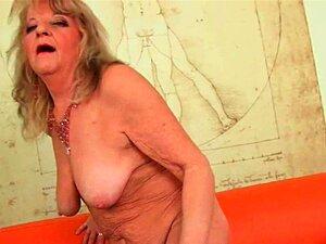 คุณยายใหญ่ที่มีผลัก Dildo ขนาดใหญ่ในหีของเธอเก่า