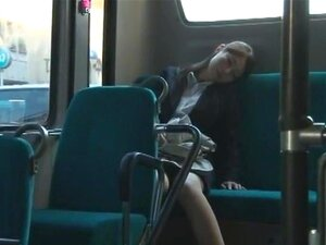 Snuggle ขึ้นด้วยเป็นคนแปลกหน้า ฉากคู่ของผู้หญิงการขี่รถบัส และหลับบนผู้ชายนั่งข้าง ๆ เธอ และในที่สุดการเดินทางเขา จินตนาการอะไร เว้นแต่เฒ่าบางหลับลงคุณ นำแสดงโดยฟิล์ม: Chinatsu Kimijima Hoshina Honjou Otosaki มานะ