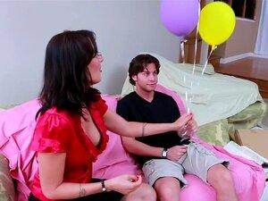 ครูฮอลโล Seth เล่นการพนันใน My ครู ครูของ Seth ศาสตราจารย์ยายเล่นชู้ ย้ายไป และเขาเป็นเรื่องน่าเศร้ามาก มาก เขายังไปความยาวที่จะไปบ้านของเธอเพื่อให้เธอดอกไม้และลูกโป่ง แสดงกตัญญู แต่กรณีของสัตว์เลี้ยงของครูสูญเสียครูของเขาชื่นชอบมากกว่า เซทคือ บริสุทธิ์เม