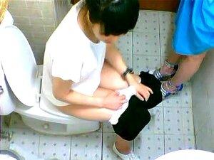 เพื่อนญี่ปุ่นที่สองจะฉี่ในห้องน้ำใน caf 233