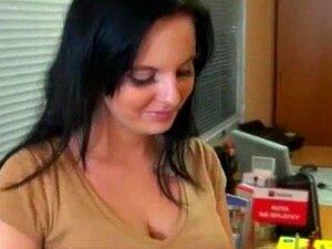 แฟน nippled ทะลึ่งตกลงไปยังยืนคืนกับคนแปลกหน้าสำหรับเงินสด