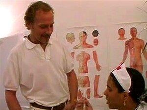 พยาบาล Swarthy ฝรั่งเศส