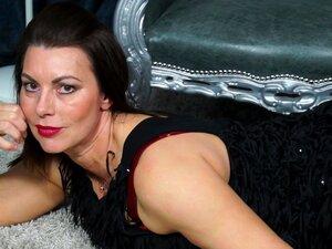 ผู้ใหญ่สีน้ำตาลโอคริสติน masturbates ในชุดชั้นในเซ็กซี่ของเธอ - o.คริสติน