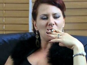 ทารกสีน้ำตาลแสดงโกนในขณะที่สูบบุหรี่ และนมของเธอ