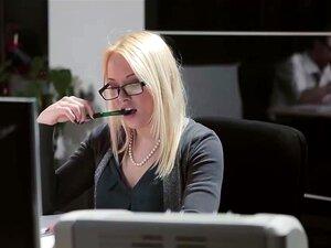 Lola Taylor ที่ความรู้สึกทางเพศความตึงเครียดในอากาศที่สำนักงาน deepthroats เธอเย็ดของเขาแล้ว โค้งบนโต๊ะของเขาเพื่อให้เขาสามารถมีเพศสัมพันธ์เธอหนักอยู่ในสำนักงานของเขา