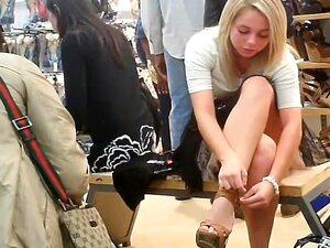 สาวผมบลอนด์ upskirtvoyeured ในร้านรองเท้า สมองผมบลอนด์น่ารักนั่งอยู่บนม้านั่งเล็ก ๆ ในร้านรองเท้าพยายามในหลายชนิดของรองเท้า เธอมีความคิดที่มีคือคน voyeuring บนของเธอเซ็กซี่มองดูกระโปรง